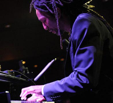 Elio-Villafranca-probing-piano
